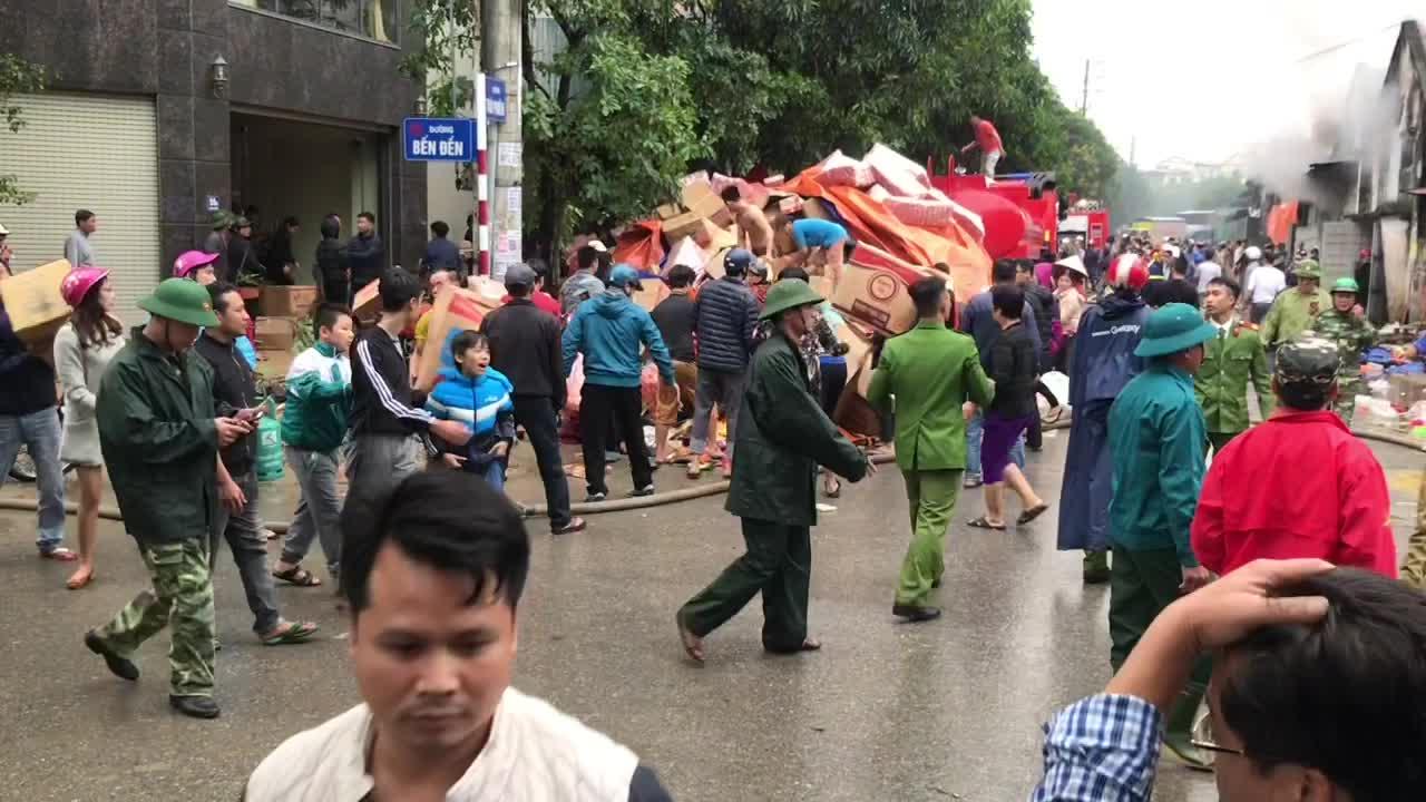 Video cháy kho ở khu vực chợ Vinh kinh hoàng.