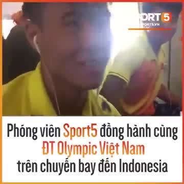 Bỏ rơi Tiến Dũng, Đức Chinh ngồi cạnh ghế với Công Phượng trên chuyến bay sang Indonesia