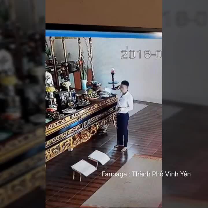 thanh niên mặc lịch sự lấy tiền công đức nhà chùa