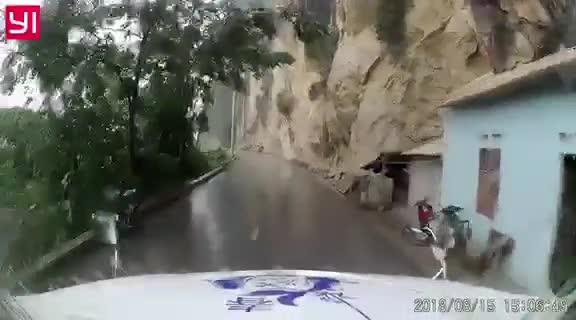 Cú đâm bất thình lình trên đường đèo trơn trượt, may mắn thuộc về chiếc xe lao đi không phanh