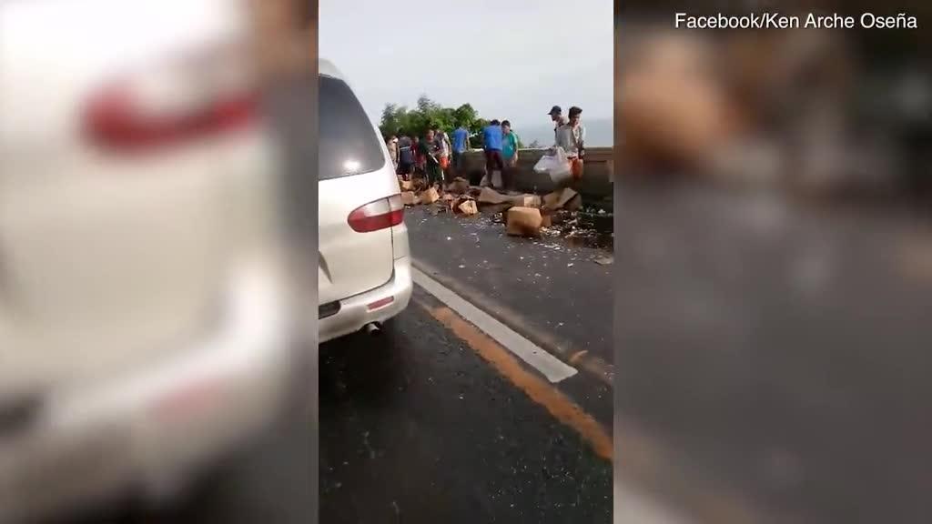 Xe tải chở rượu bị lật, người dân lao vào hôi của