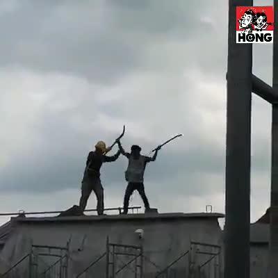 Hai công nhân đánh nhau gãy cả xẻng trên nóc nhà đang xây