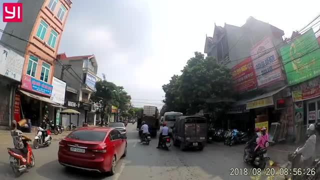 2 xe máy xảy ra va chạm ngay trước đầu ô tô