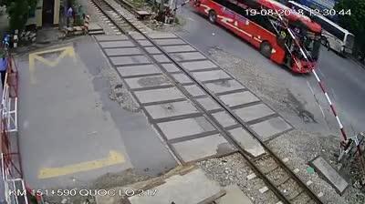 Xe khách bất ngờ lao vào đường tàu vừa lúc đóng chắn.