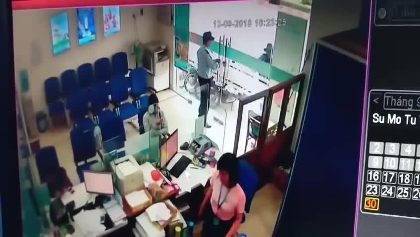 Camera quay lại vụ cướp ngân hàng ở Tiền Giang