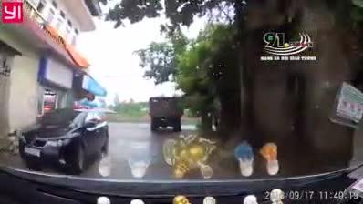 Vụ tai nạn ở ngã ba đường khiến nhiều người hoảng sợ