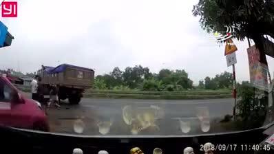 Tài xế ô tô giúp đỡ người gặp nạn trên đường