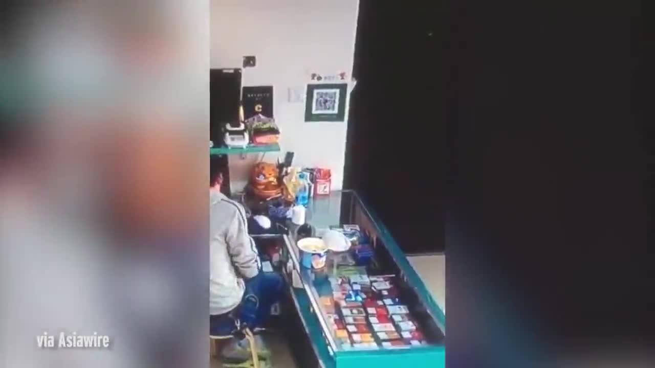 Video: Hộp mì tự bay lên rồi úp xuống.