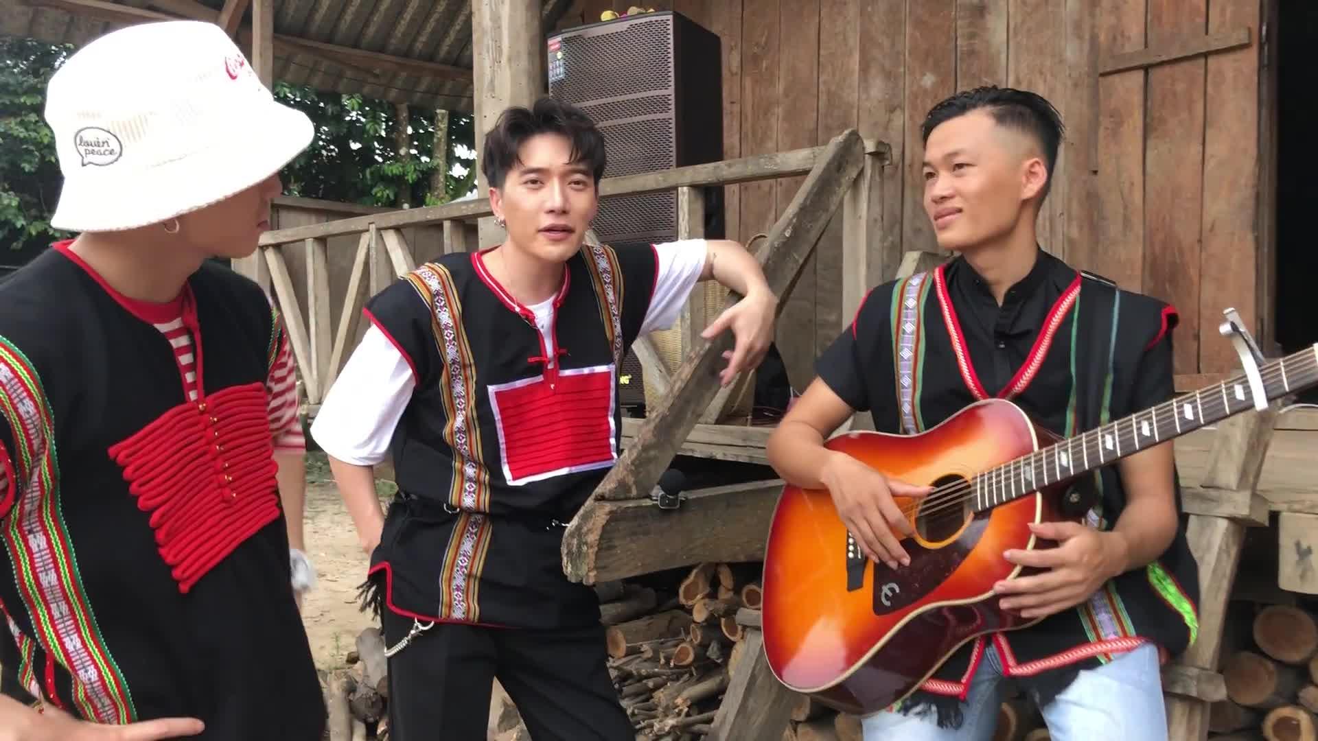 """Clip cực độc """"Người lạ ơi"""" bởi """"rapper"""" Châu Đăng Khoa và """"diva"""" Karik"""