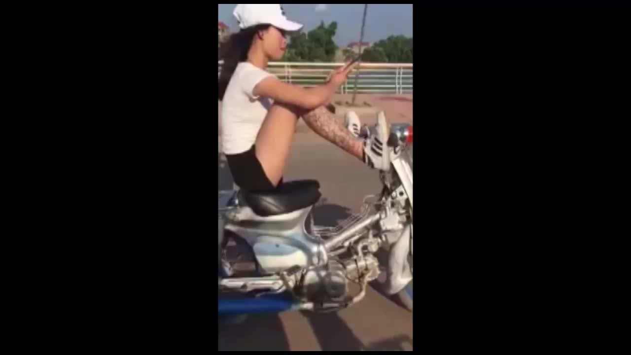 Nữ sinh điều khiển xe máy bằng chân