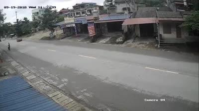 Xe tải đâm vào ô tô con dừng bất chợt giữa đường