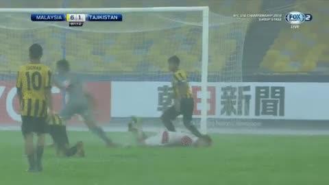 Thủ thành U16 Malaysia hạ gục đối phương bằng đòn Muay Thái