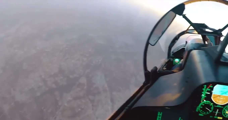 """Tiêm kích Su-30SM bay trên đầu """"vật thể lạ"""" ở Idlib"""