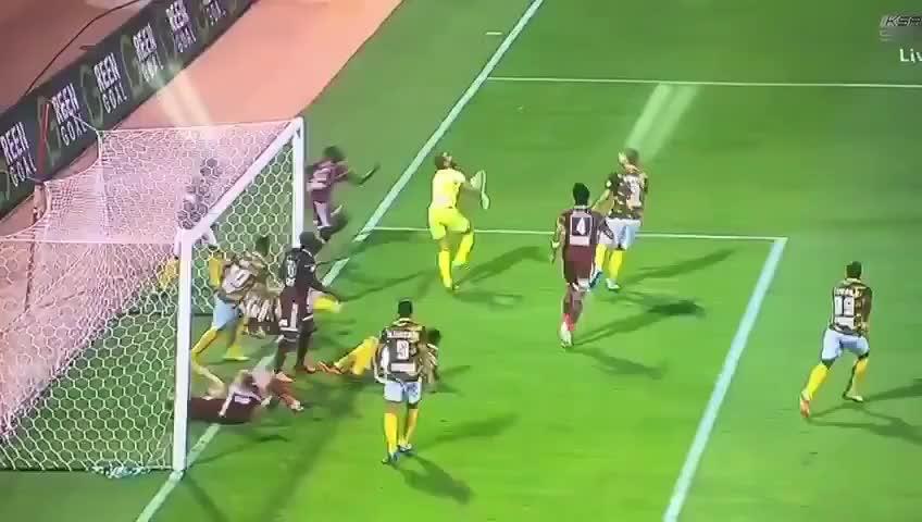 Nằm ăn vạ, cầu thủ vô tình cản bàn thắng của đội nhà
