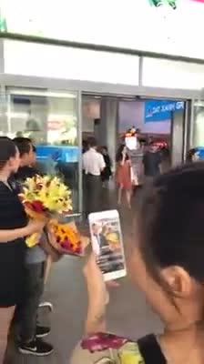 Clip: Bố mẹ và người dân quê hương đón Hoa hậu Trần Tiểu Vy.