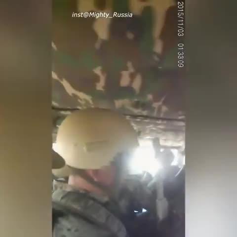 Đặc nhiệm Nga lấy thi thể một quân nhân, thiệt mạng trên chiến trường Syria