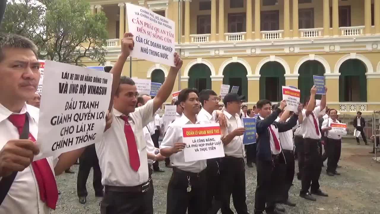 Gần cả nghìn tài xế mang biểu ngữ đến phiên xử Vinasun kiện Grab sáng 24/9.