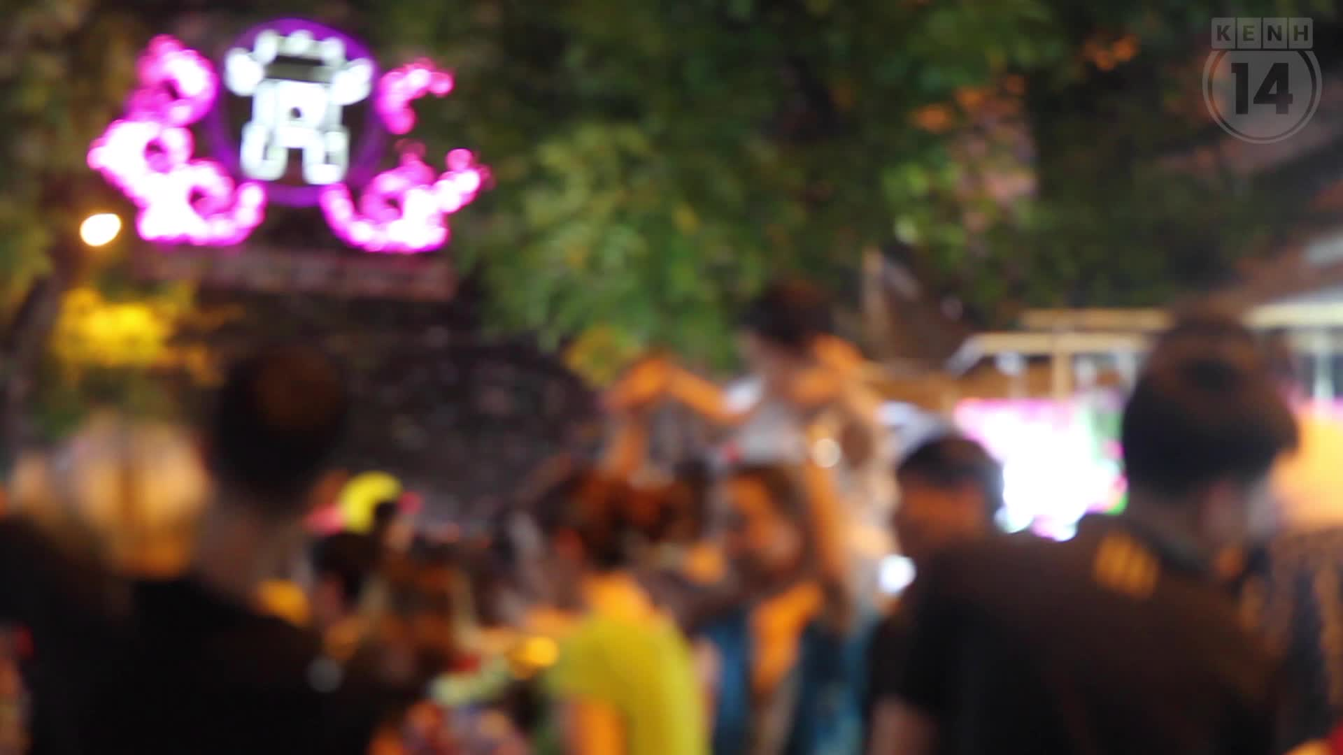 Chùm ảnh: Chợ Trung thu truyền thống ở Hà Nội ngập trong rác thải sau đêm Rằm tháng 8
