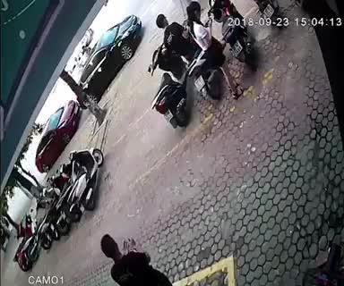 Video khoảnh khắc thoát chết thần kỳ của tài xế ô tô khi bị xe khác đâm trực diện vào.