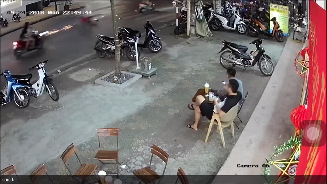 Thanh niên chạy xe máy gặp tai nạn trên đường