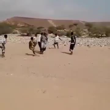 """""""Trọng tài"""" dùng súng thay còi ở trận bóng tại Yemen"""