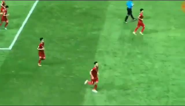 Quế Ngọc Hải lao ra ăn mừng bàn thắng với Lương Xuân Trường