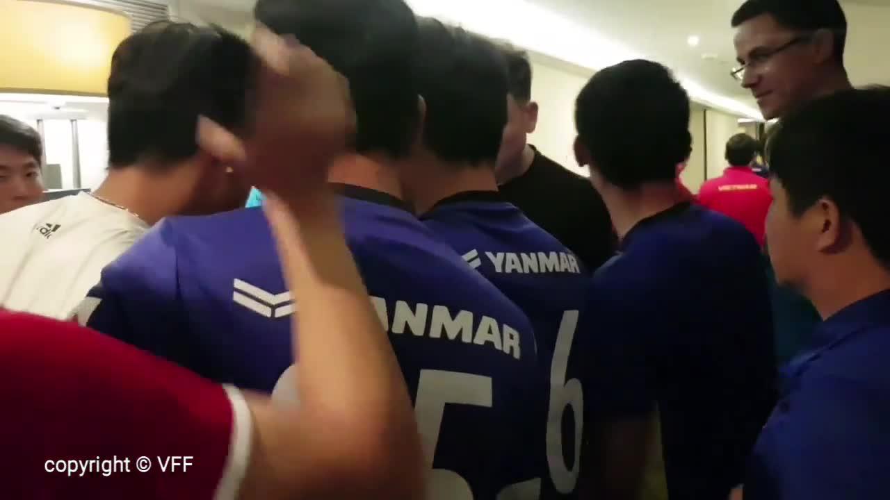 Cầu thủ Việt Nam ăn mừng sau khi giành vé vào vòng 1/8 Asian Cup