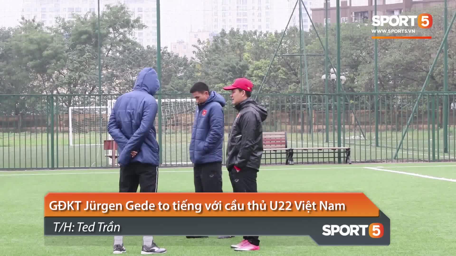 GĐKT Juergen Gede to tiếng với cầu thủ U22 Việt Nam. Video: Ted Trần