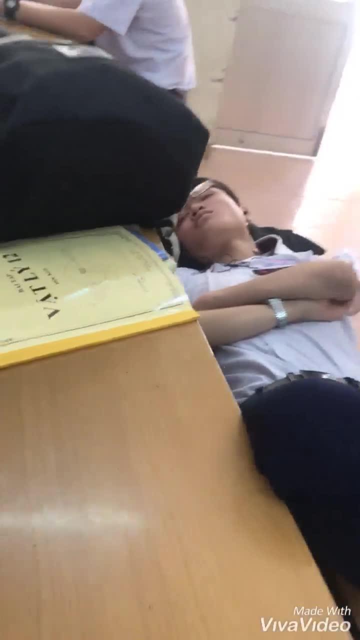 """Đang ngủ ngon, nam sinh giật mình tỉnh giấc vì chiêu """"chăm sóc tận tình"""" của cô giáo"""