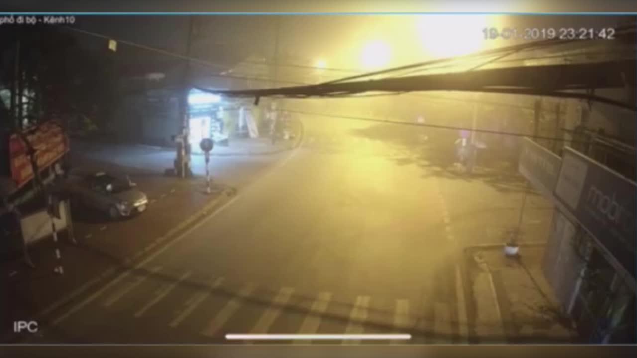 Nam thanh niên chạy qua ngã tư với tốc độ cao bị cuốn vào gầm xe container