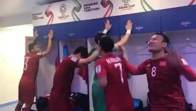 Cầu thủ Việt Nam nhảy múa ăn mừng sau chiến thắng