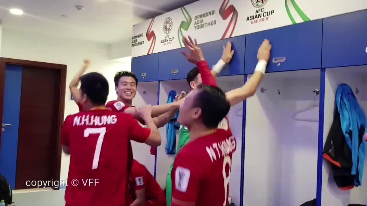 ĐT Việt Nam ăn mừng trong phòng thay đồ