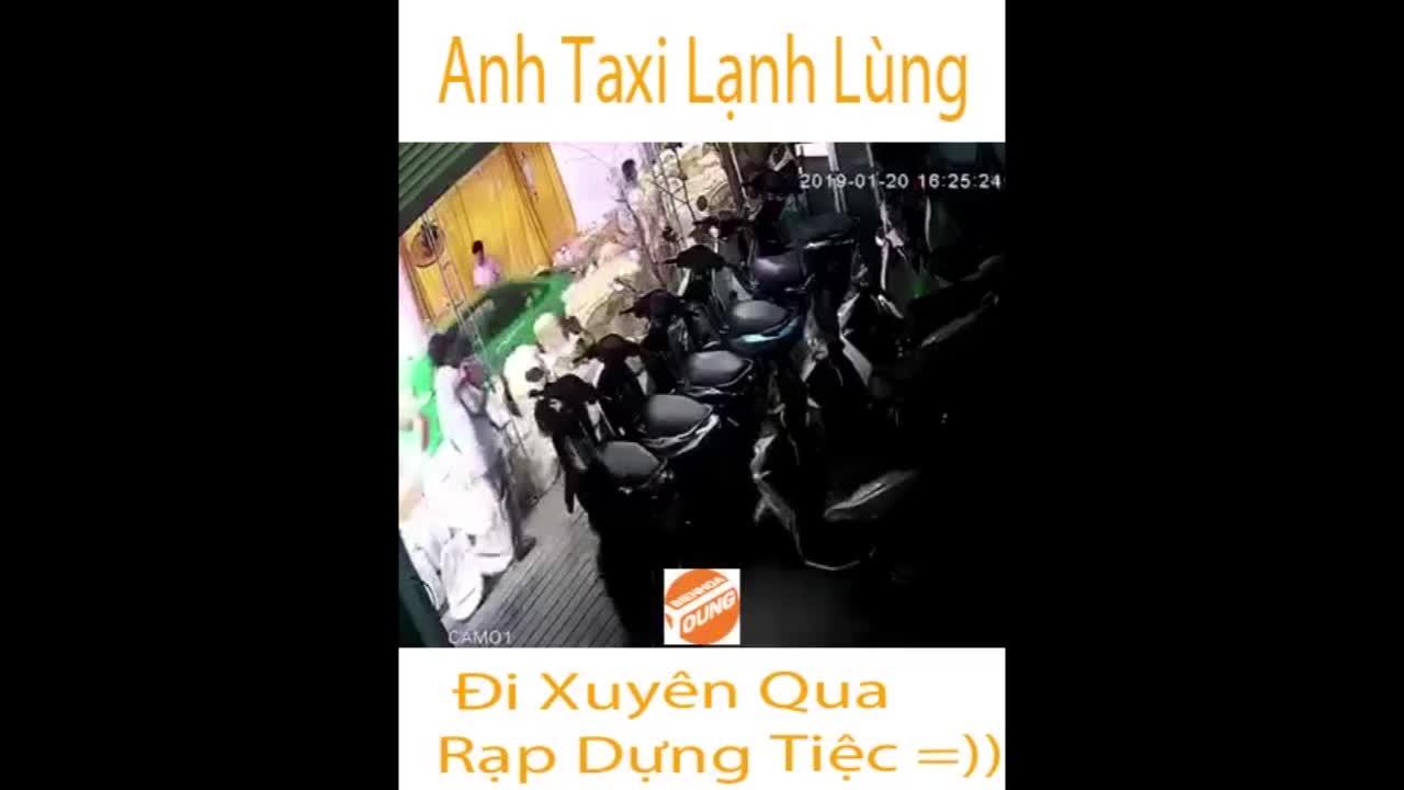 Taxi thản nhiên ủn toàn bộ bàn tiệc đặt trên đường
