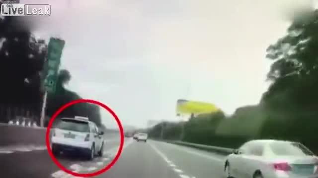 Clip: Tài xế ngủ gật, taxi đấu đầu xe tải thảm khốc.