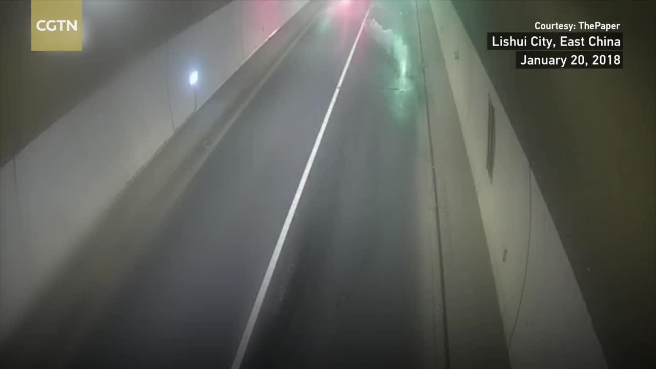 Hơn 3 tấn cá chép Koi phủ khắp đường cao tốc vì xe tải nổ lốp