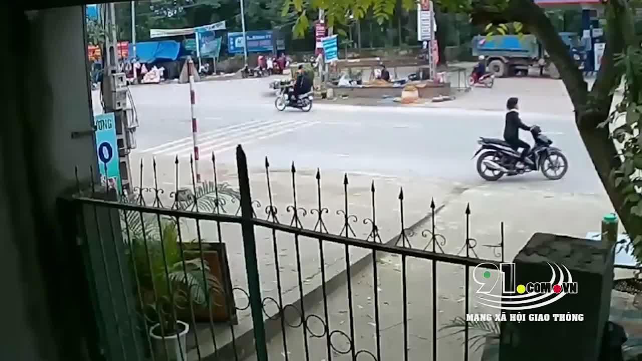 Ô tô tông trúng 3 người ở Ba Vì