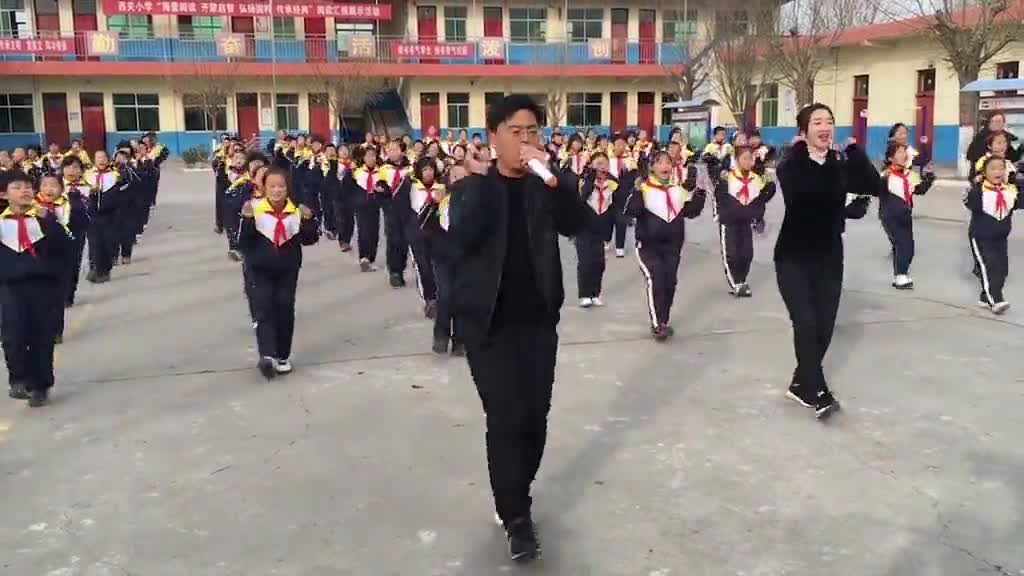 Xem màn nhảy của thầy giáo Zhang và học sinh. Nguồn: Daily Mail.