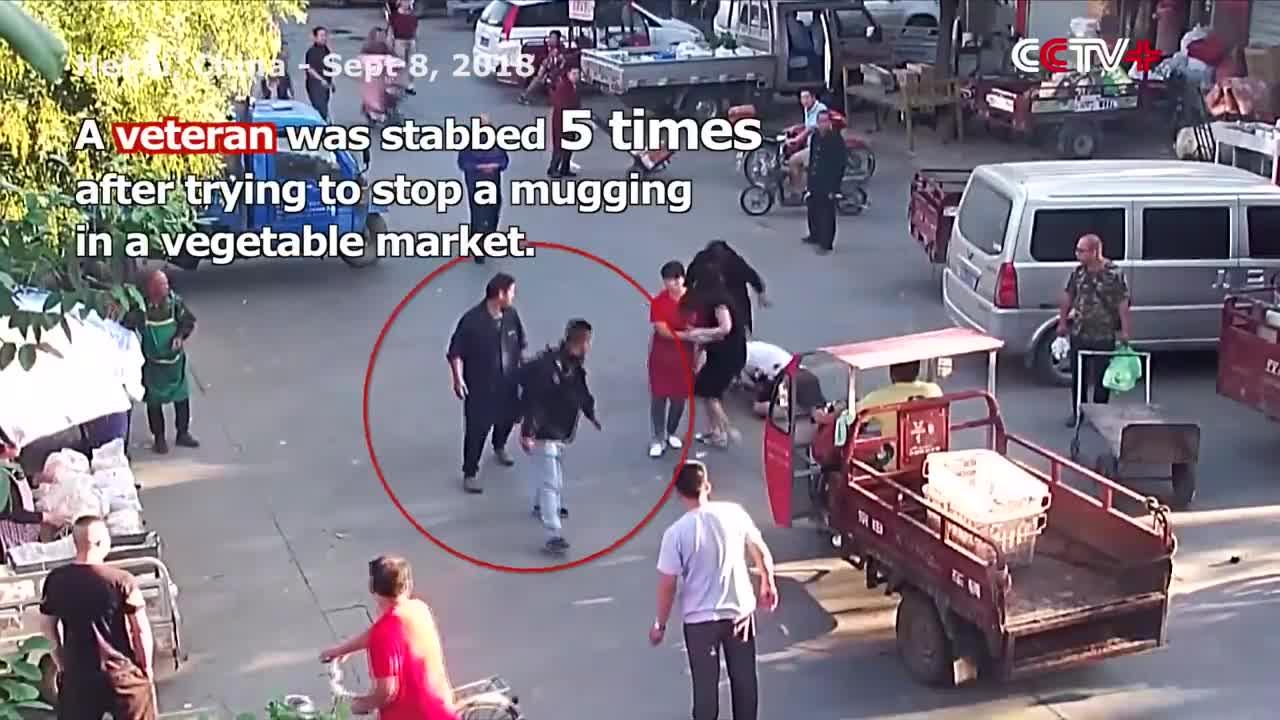 Người bán hàng dũng cảm đối đầu tên cướp ở Trung Quốc.