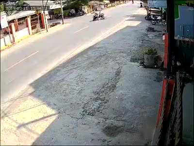 Va chạm giao thông, chiếc xe lao thẳng vào nhà dân bên đường