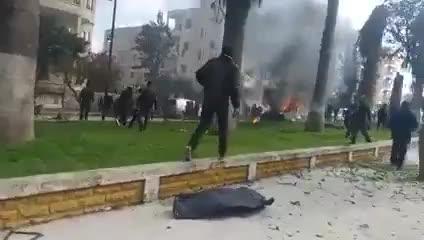 Vụ nổ IED thứ 2 trong khi xe cứu thương của nhóm Mũ bảo hiểm trắng (White Helmet) đang chở các nạn nhân (bao gồm thủ lĩnh HTS al-Joulani) trong vụ nổ thứ nhất khỏi hiện trường ở phố Al-Qusour, thành phố Idlib vào tháng 2/2019.