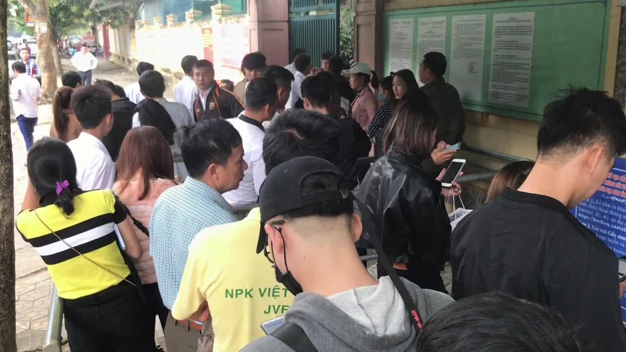 Video hàng nghìn người dân xếp hàng dài trên phố chờ đến lượt làm hộ chiếu.