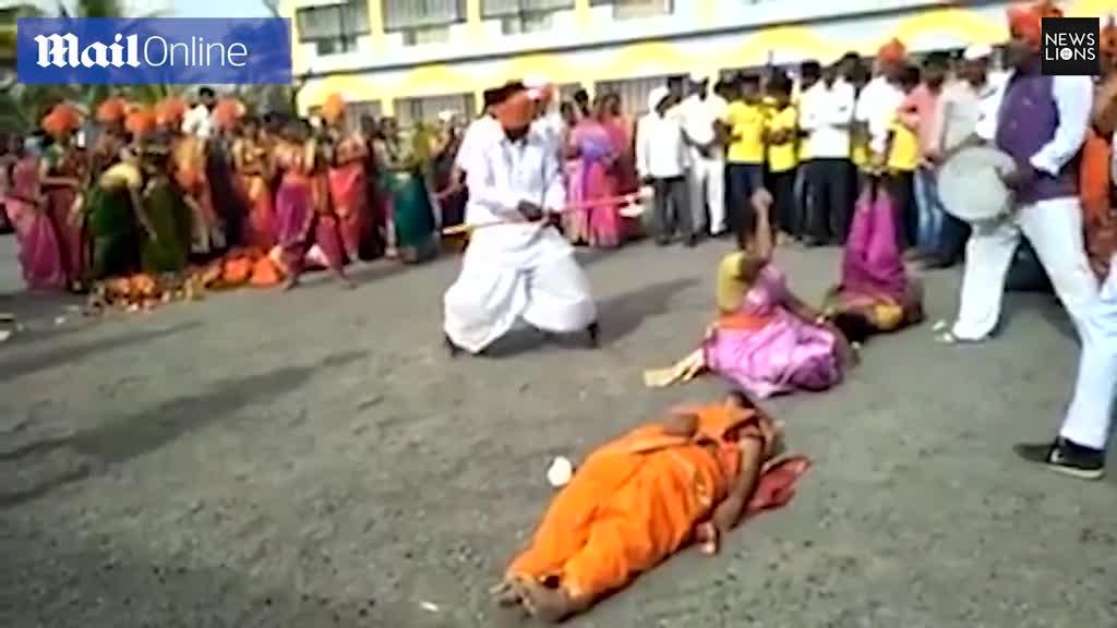 Video: Người đàn ông bịt mắt bổ dừa trên thân người.