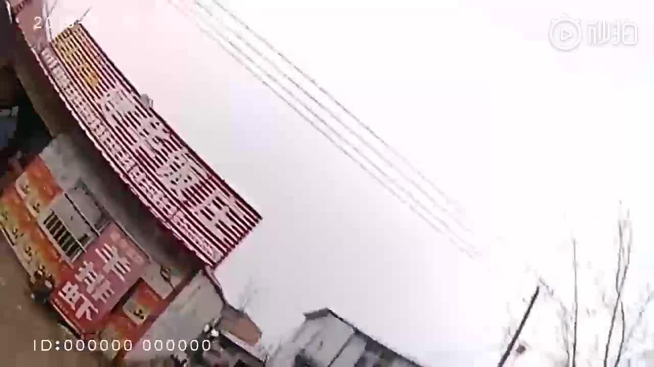 Trung Quốc: Tài xế say xỉn vứt xe, bật tường bỏ chạy ai ngờ nhảy vào đúng đồn công an.