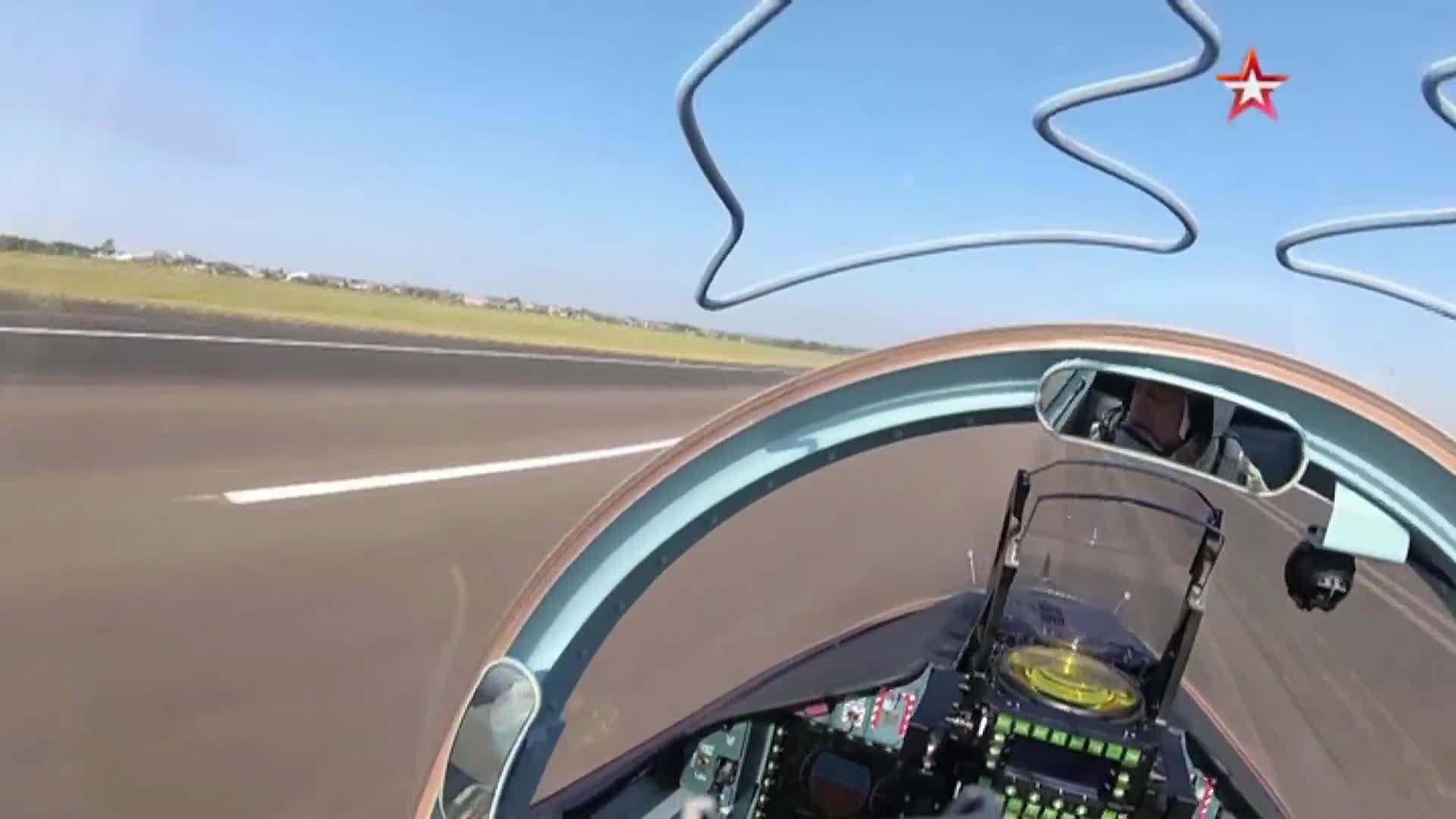 Phi công Lào bay diễn tập trên Yak-130, không rõ có huấn luyện viên Nga hay không nhưng kỹ thuật bay rất tốt. Video: TVZvezda.