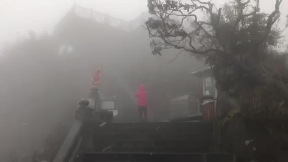 Video tuyết rơi trên đỉnh Fansipan sáng 18/2.