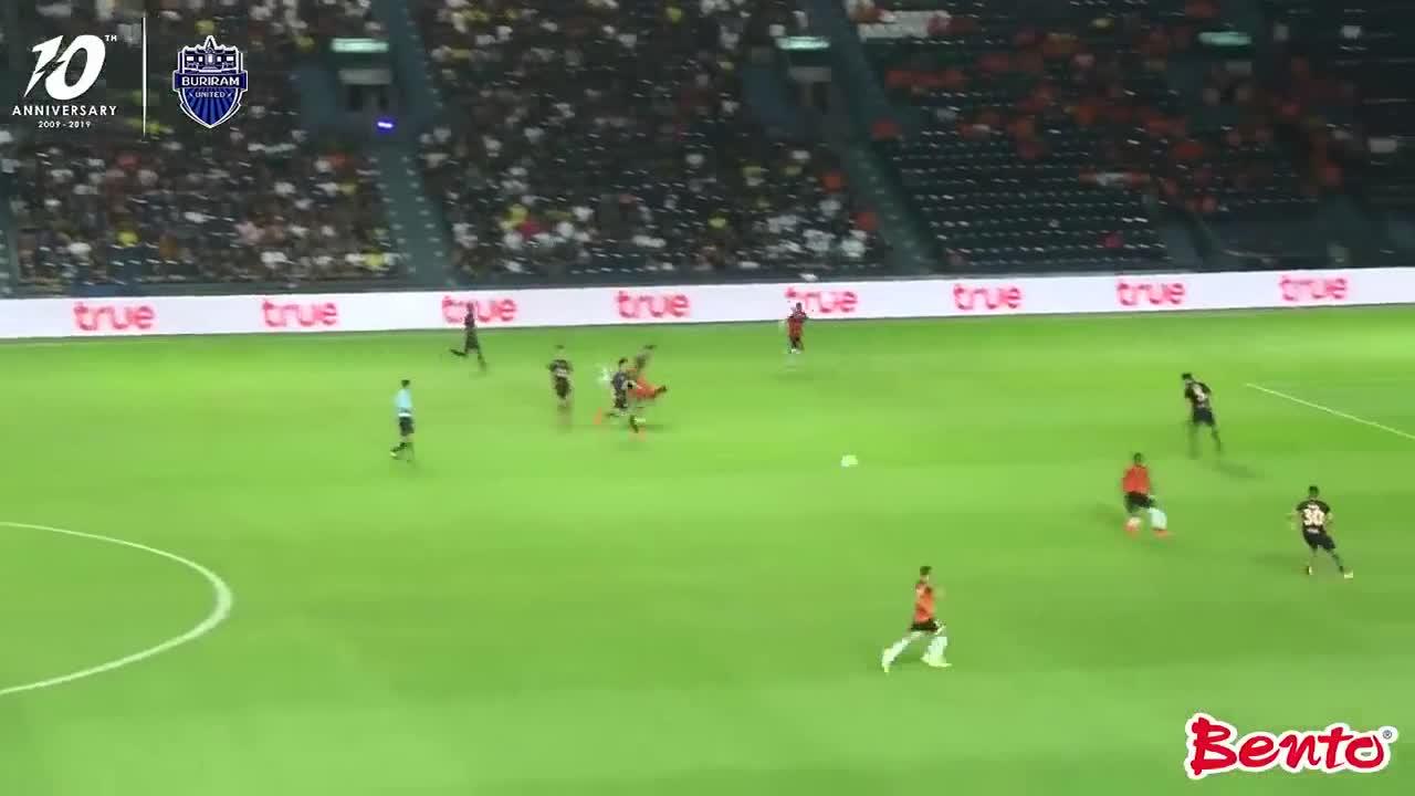 Xuân Trường mất bóng ngớ ngẩn, dẫn đến bàn thua của Buriram United