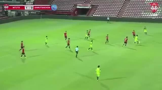 Thủ môn Đặng Văn Lâm phạm sai lầm trong chiến thắng của Muangthong United