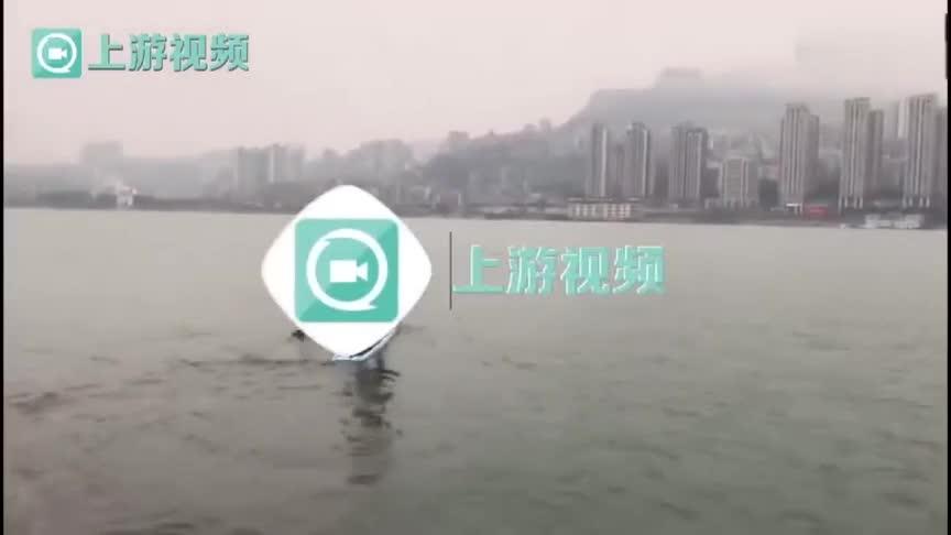Người đàn ông ở Trùng Khánh chèo thuyền vượt sông Dương Tử để đi làm mỗi sáng.