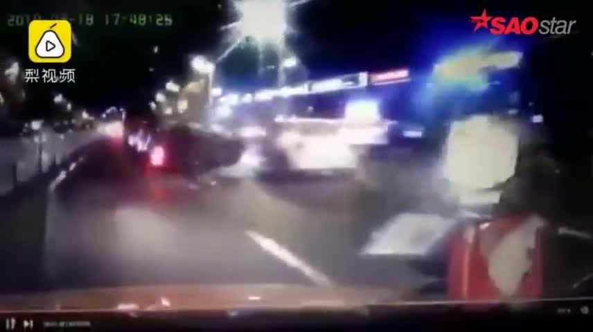 Giật mình cảnh xe BMW 'nhào lộn' giữa đường, tài xế sống sót thần kỳ.