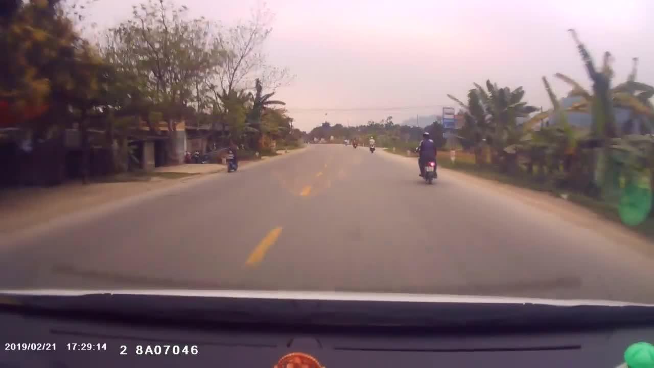 2 nam thanh niên chạy xe đánh võng, đối đầu ô tô